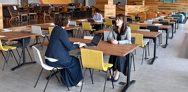 画像:「人の能力を最大化する」をテーマとする横浜事業所。コミュニケーションが取りやすく、アイディアが湧き出るようなレイアウトになっています。