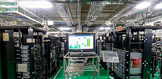画像:ITプラットフォーム製品を生産する神奈川事業所。IoTを活用した品質の管理・向上、ビッグデータやAIによる効率化に取り組んでいます。